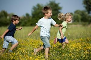 Enfants-qui-courent-prairie-copie-300x200