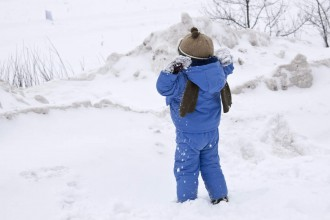 Un enfant qui joue dans la neige