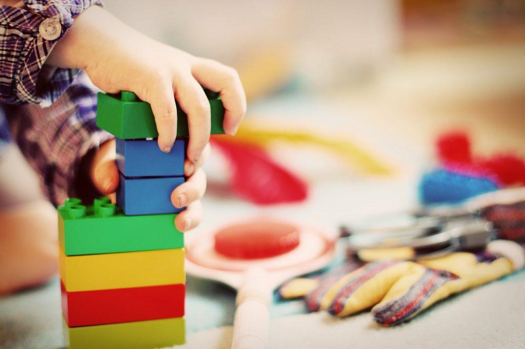 Les pédiatres disent que les enfants ont besoin de jouets simples, pas d'iPad et d'électronique